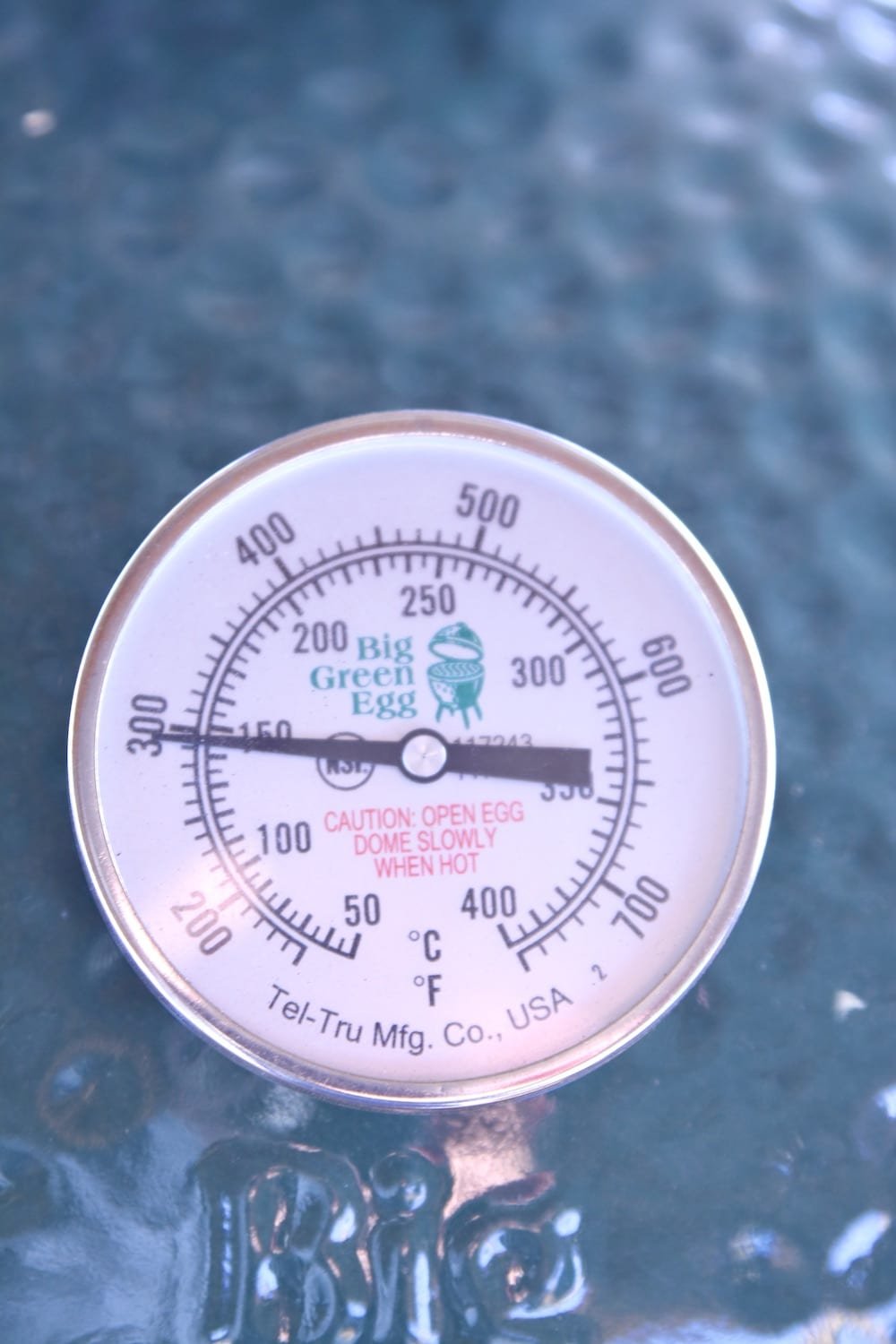 Big green egg grill - thermometer at 300°