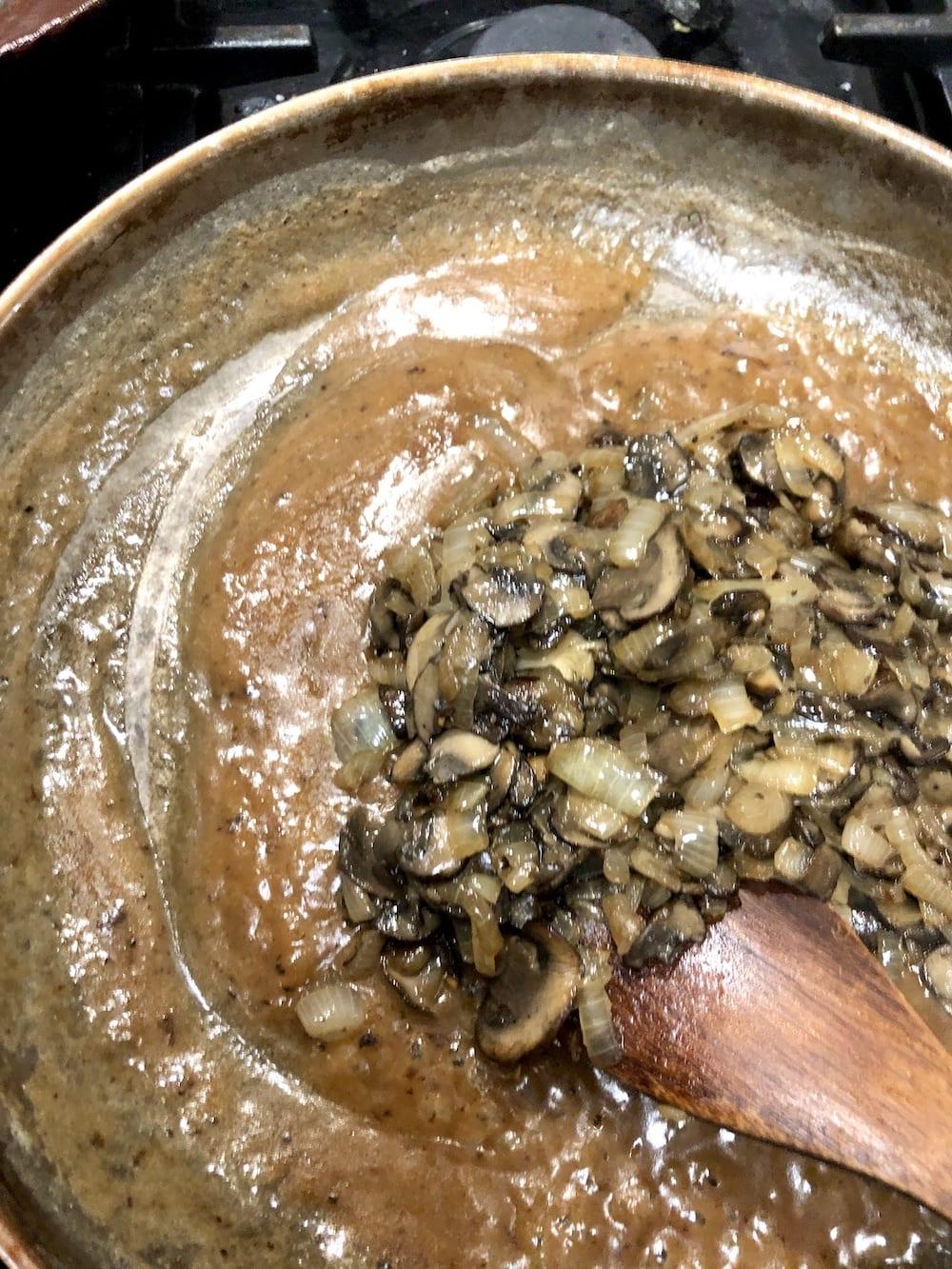 making mushroom cream sauce