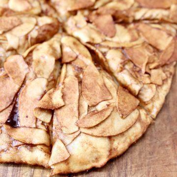 apple pie pizza, sliced, close up